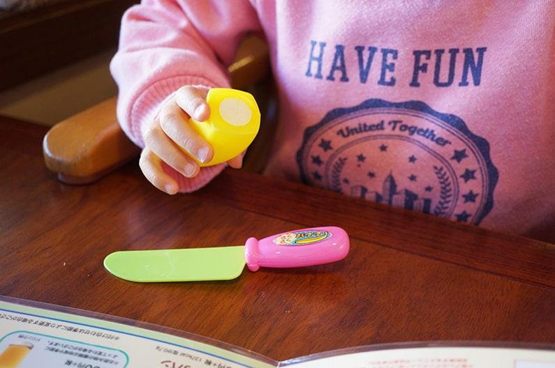 ロイヤルホストのキッズメニューとおもちゃを紹介。料理は豪華です。